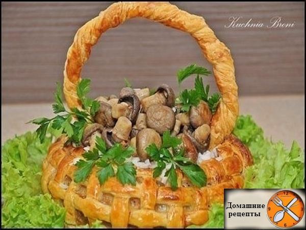 Корзина из слоеного теста с мясом, рисом и грибами.