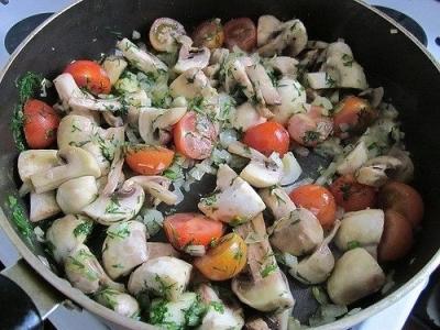 Картофель, запеченный с грибами и томатами