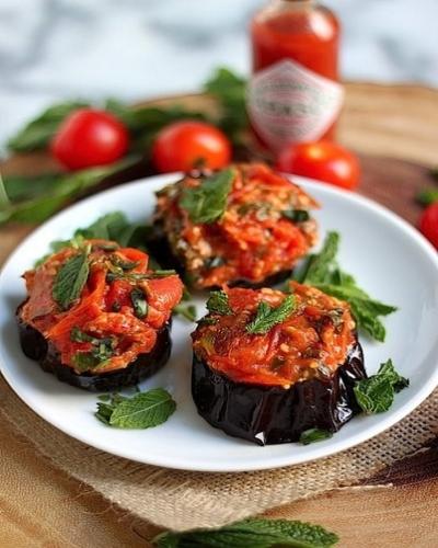 Баклажаны запеченные под соусом из свежих помидоров