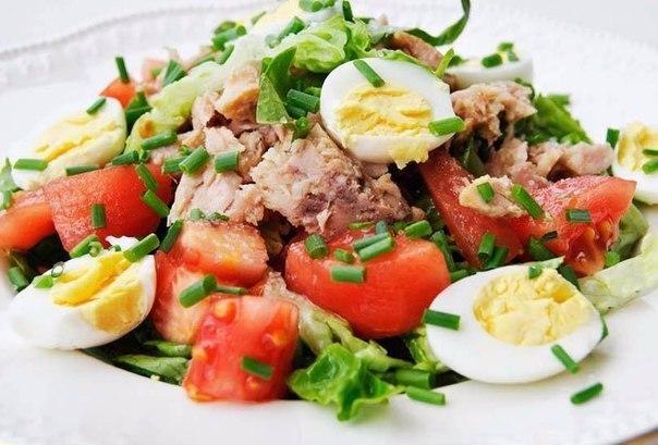 Салат с тунцом, яйцом и томатами