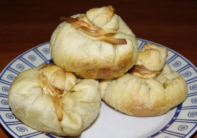 Печеные мешочки из теста с мясом и луком 6