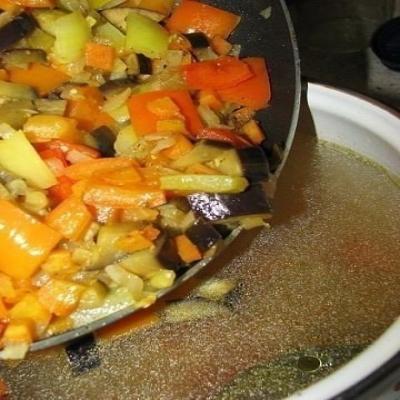 И добавляем мясо в закипевшую воду, оставляем томиться бульон вместе с лавровым листом, перцем. 5