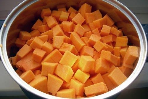 Цукаты в этом сезоне я готовила несколько раз. Тыквенные имели значительный успех, даже больший, чем арбузные. Я пробовала разные рецепты тыквенных цукатов, и больше всего мне понравился этот вариант, только я еще добавляла цедру апельсина. Ее надо добавлять одновременно с тыквой. Вы тоже, по желанию, можете добавить цедру апельсина.