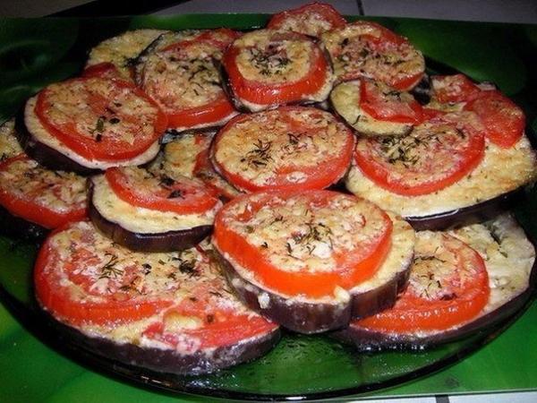 Баклажаны под помидорами с сыром.