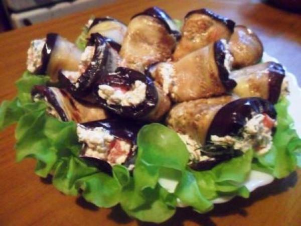 Рулетики из баклажана с фетой и помидорами.